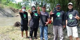 Puluhan Aktivis Lingkungan di Kediri Bersih-bersih Sampah Sungai Ketandan