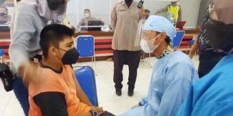 Butuh Perlakuan Khusus, Polres Tuban Turunkan Polwannya Bantu Vaksinasi Para Penyandang Disabilitas