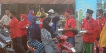 Bantu Sesama, PAC PDIP Bungah Gresik Bagikan Ratusan Takjil kepada Pengguna Jalan