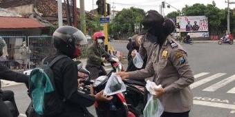 Bakti untuk Negeri, Polresta Banyuwangi Bagikan 300 Masker kepada Pengguna Jalan