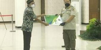 Realisasikan Program Pusat, Bupati Hendy Serahkan Kartu BPJSTK ke Semua Ketua RT dan RW di Jember