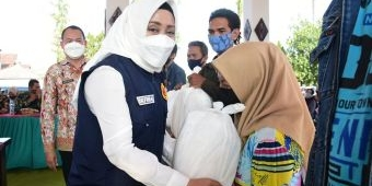Bupati Ikfina Gelontorkan Bansos ke Pengrawit Kabupaten Mojokerto