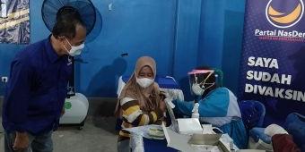 NasDem Kabupaten Kediri Gelar Vaksinasi Dosis Kedua di Balai Desa Banyakan