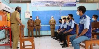 Hari Ini Dimulai, Gubernur Khofifah Tinjau Pelaksanaan PTM Terbatas Bertahap di SMKN 7 Surabaya