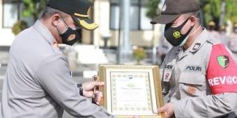 Kapolres Situbondo Beri Penghargaan 10 Personel Polsek Banyuputih Berprestasi