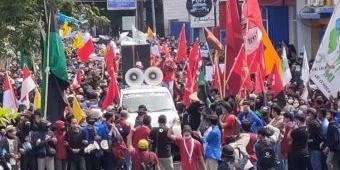 Ribuan Massa di Jember Minta UU Cipta Kerja Dicabut