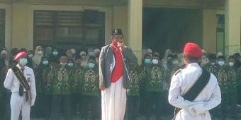Pakai Sarung, Kiai Mulyadi Pimpin Upacara Peringatan HUT RI ke-76 di Ponpes Darul Ihsan