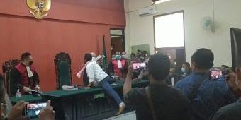 Tak Terima Divonis 3 Tahun Penjara, Terdakwa di Banyuwangi Coba Serang Hakim
