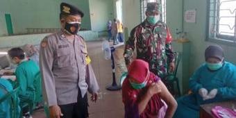 Antisipasi Kerumunan, Koramil Geneng Awasi Vaksinasi di Desa Tambakromo