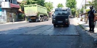 Pelat Besi di Jembatan Dekat Okabawes Pasuruan Bahayakan Pengguna Jalan