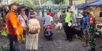 Cegah Kerumunan, Anggota Koramil Bersama Polsek Kedunggalar Pantau Penerapan Prokes di Pasar Hewan