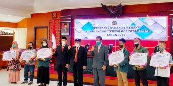 Wali Kota Santoso Serahkan Hadiah kepada Pemenang Lomba Inovasi Teknologi Kota Blitar