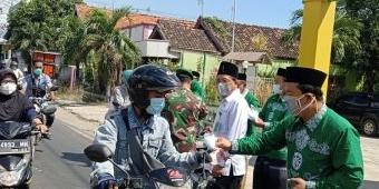 Imbau Warga Tetap Patuhi Prokes, KUA dan Penyuluh Agama Paciran Bagi Masker dan Vitamin