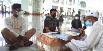 Warga Kulit Hitam Amerika Ikrar Syahadat di Masjid Al-Akbar Surabaya