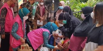 Ketua TP PKK Kota Surabaya Salurkan Bantuan ke Ibu Hamil
