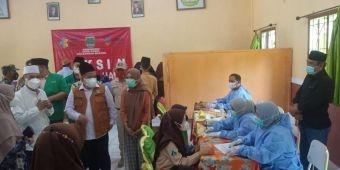 Warga dan Santri Antusias Ikuti Vaksinasi Covid-19 di Pondok Pesantren Syamsul Arifin