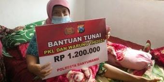 Polresta Banyuwangi Jemput Bola Serahkan Bantuan Tunai kepada PKL dan Warung