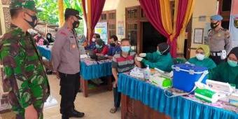 Cegah Kerumunan, Koramil dan Polsek Karangjati Awasi Pelaksanaan Vaksinasi