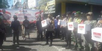 Polres Pasuruan Bersama Banser dan Relawan Bagikan Paket Sembako di Sekitar Plaza Bangil