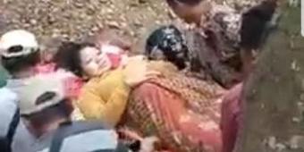 Terjadi di Jember, Dua Perempuan Hendak Melahirkan Ditandu Seberangi Sungai