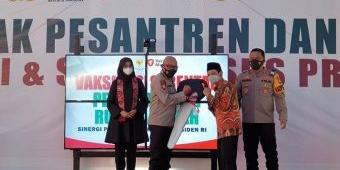 Bersinergi dengan TNI-Polri dan Staf Khusus Presiden, Polresta Banyuwangi Gelar Vaksinasi di Ponpes