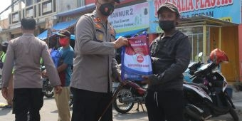 Kapolres Ngawi Pimpin Penyerahan Bantuan pada Petugas Parkir dan PKLW