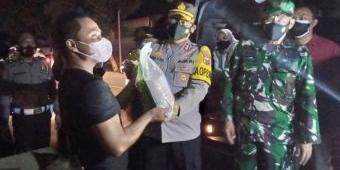 Gelar Operasi Yustisi, Kapolres Madiun Kota Borong Dagangan Sekaligus Bagikan Sembako