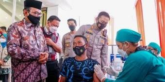 HUT Lalu Lintas ke-66, Polres Jombang Gelar Vaksinasi bagi Tunawisma
