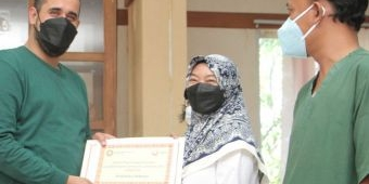 Beri Reward, Wali Kota Probolinggo Serahkan Insentif untuk Nakes