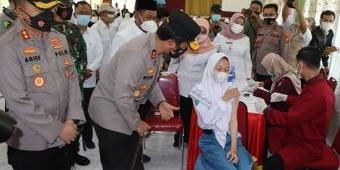 Kapolda Jatim Tinjau Vaksinasi Pelajar di SMAN 1 Gresik