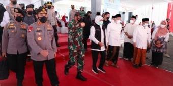 Di Pesantren Tebuireng, Gubernur Jatim Dampingi Panglima TNI dan Kapolri Tinjau Vaksinasi Santri