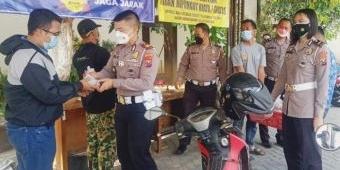 HUT ke-76 RI, Satlantas Polres Pasuruan Bagikan Bubur Kacang Ijo dan Hadiah bagi Wajib Pajak