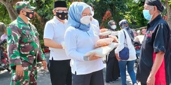 Peduli Pedagang Terdampak Pandemi, Kadin Kabupaten Kediri Bagikan 500 Paket Sembako