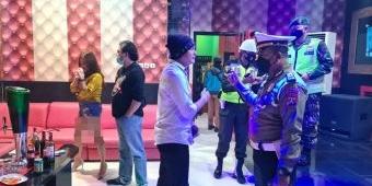 Langgar Jam Malam, Pengunjung 5 Tempat Karaoke di Kota Blitar Dibubarkan Satgas Covid-19