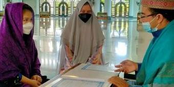 Ikrar Syahadat di Masjid Al Akbar Surabaya, Wajah Dua Milenial Langsung Berbinar dan Plong