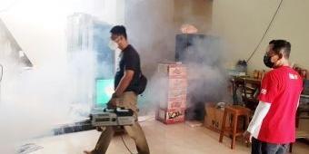 Warga Perum Taman Candiloka Sidoarjo Semprotkan Fogging Disinfektan bersama Jurnalis Peduli Pandemi
