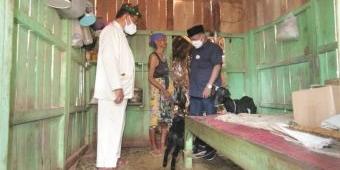 Puluhan Tahun Tidur dengan Kambing, Nenek di Situbondo Akhirnya Disambangi Bupati