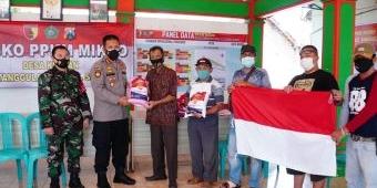 Kapolresta Sidoarjo Bagikan Bansos dan Bendera Merah Putih ke Pelaku UMKM di Tanggulangin