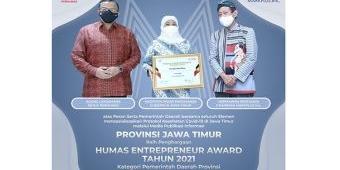 Raih Penghargaan Humas Enterpreneur Award 2021, Gubernur Khofifah: Ini Peran Kolaboratif Semua Tim