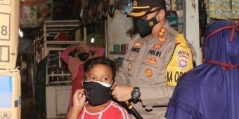 Kapolres Pasuruan Pimpin Pembagian Masker dan Beri Edukasi ke Pedagang dan Pembeli di Pasar Pandaan