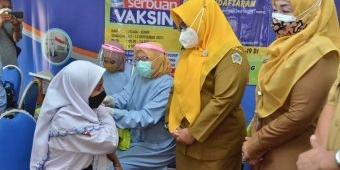 Wabup Bu Min Tinjau Serbuan Vaksin Pelajar di SMPN 16 Kedamean