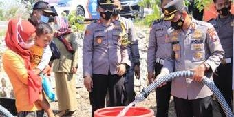 Polres Tuban Dropping 40 Ribu Liter Air Bersih untuk Warga Terdampak Kekeringan
