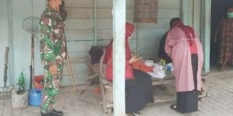 Cegah Penyebaran Covid-19, Anggota Koramil Kedunggalar Ngawi Imbau Warga Dukung Tracing