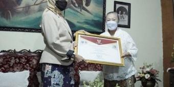 Momen Hari Batik Nasional, Wali Kota Batu Serahkan Penghargaan kepada Maestro Batik Lina Santoso