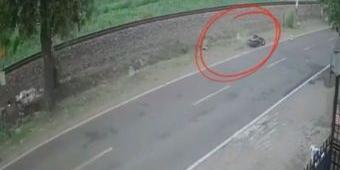 Kecelakaan di Blitar Terekam CCTV, Pemotor Terpelanting Ditabrak Truk