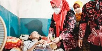 Blusukan ke Gang Kecil, Wabup Bu Min Beri Bantuan Sosial untuk Lansia Kurang Beruntung