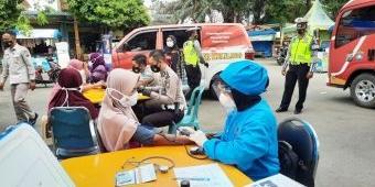 Rela Blusukan, Satlantas Polres Tuban Vaksinasi Puluhan Tunawisma di Kawasan Pantai Boom