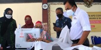 SIG Libatkan 30 Ibu Rumah Tangga di Gresik Jahit 1.400 Baju Hazmat Penanganan Covid
