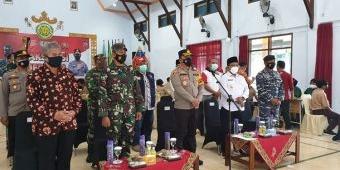 Kapolresta Banyuwangi dan Wakil Bupati Sugirah Tinjau Vaksinasi Massal di Sekolah
