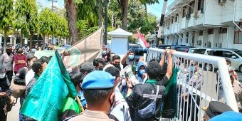 Demo HMI Kediri Peringati 2 Tahun Pemerintahan Jokowi-Ma'ruf Diwarnai Aksi Dorong Pintu Gerbang
